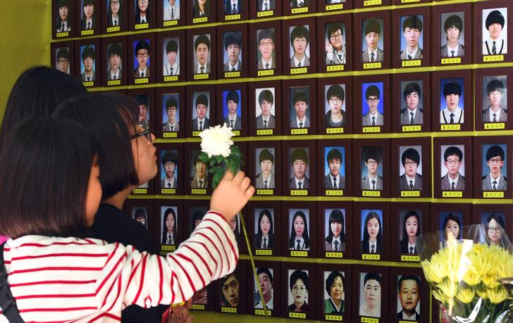 Фото №1 - Трагедия народа: почему корейские селебы носят желтые браслеты? 💛