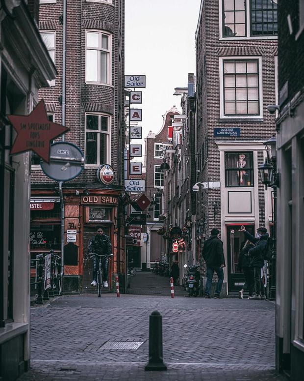 Фото №6 - Фотограф из Амстердама показал, как квартал красных фонарей живет при карантине