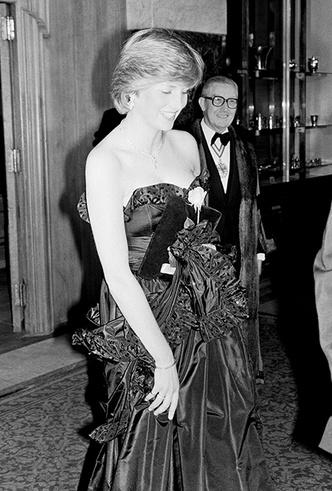 Фото №3 - Черное платье Дианы и ее первая ссора с женихом: как проходил дебют невесты Чарльза