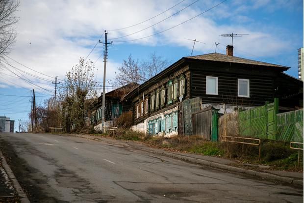 У Николаевской слободы сложный ландшафт. Не только из-за ям и ухабов. Район расположен на склоне горы, и улицы то и дело уходят вниз или вверх