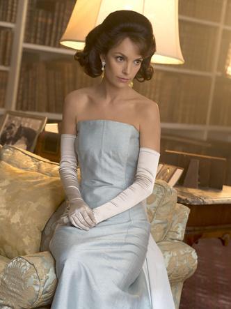 Фото №22 - От свадебных платьев до роскошных мехов: какие образы Виндзоров повторили в сериале «Корона»