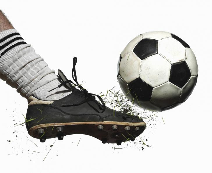 Фото №1 - Ученые выяснили, какие приемы в футболе губят здоровье