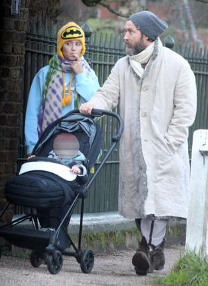 Фото №1 - Семейные узы: Джуд Лоу на прогулке с дочерью-моделью Айрис