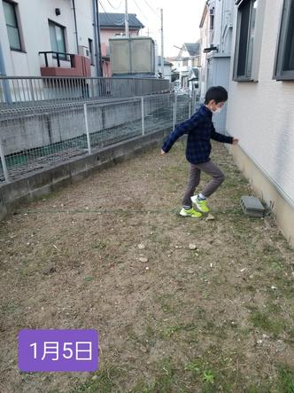 Фото №5 - Мальчик победил сорняки на заднем дворе, бегая по ним каждый день по полчаса