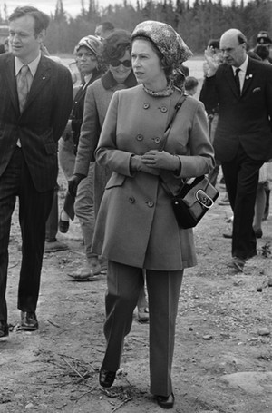 Фото №9 - Как отличить Королеву: каблук 5 см, сумка Launer, яркое пальто и никаких брюк
