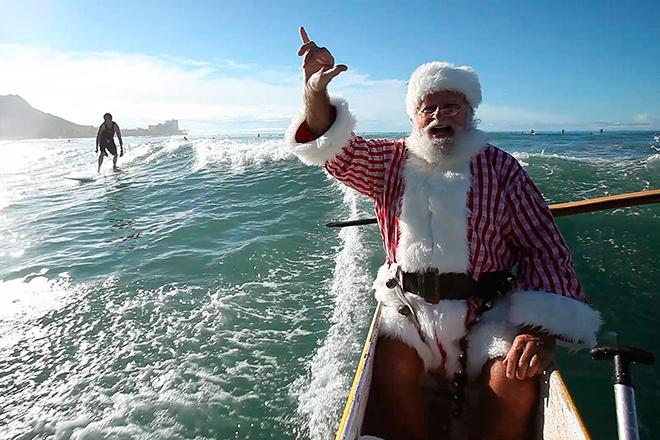 Фото №11 - Деды Морозы: гавайский ходит в плавках, а в Италии это женщина