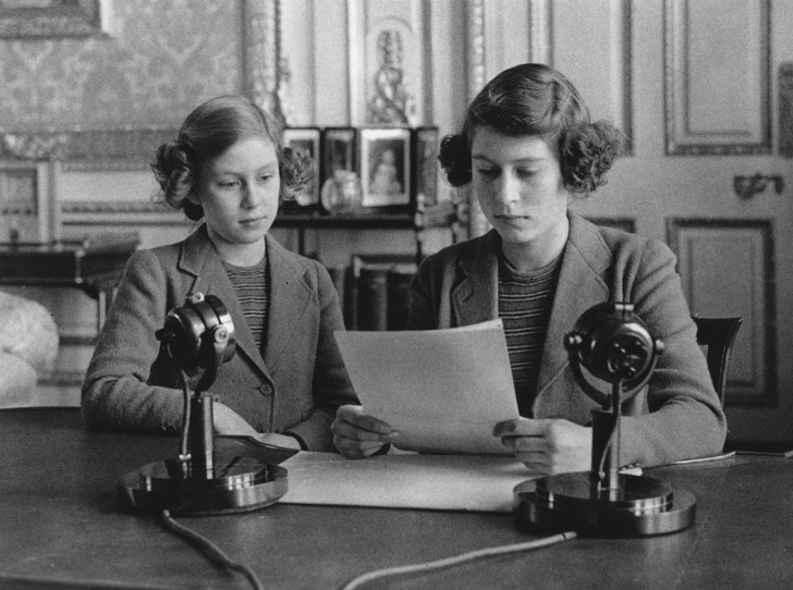Фото №2 - Почему будущую Королеву и принцессу Маргарет не эвакуировали во время Второй мировой войны