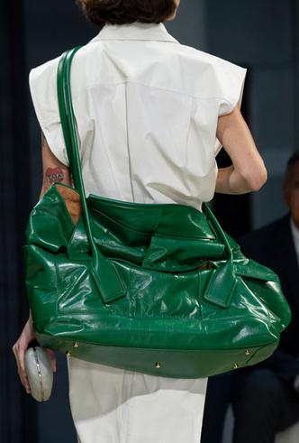 Фото №6 - Объем имеет значение: с чем носить оверсайз-сумки (и где искать самые модные)