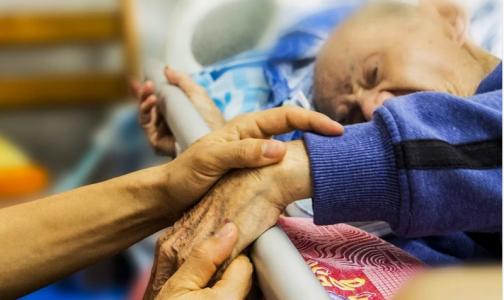 Фото №1 - Круглосуточный уход: почему в больницах Петербурга к постели пациентов допускают не всех