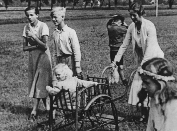 Фото №10 - Принц Филипп и его семья: как тяжелое детство сформировало характер супруга Елизаветы II