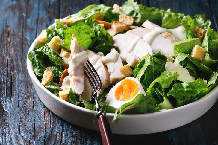 Фото №5 - Отдай врагу: 6 салатов, которые вреднее фастфуда