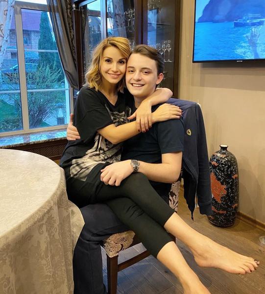 Фото №1 - «Взрослый мужчина рядом с молоденькой мамой»: в честь 19-летия сына Ольга Орлова опубликовала совместное фото с ним