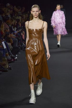 Фото №28 - Полный гид по самым модным платьям для осени и зимы 2020/21