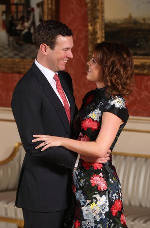 Фото №2 - Ювелирная загадка: почему помолвочные кольца Кейт и Евгении так сильно похожи