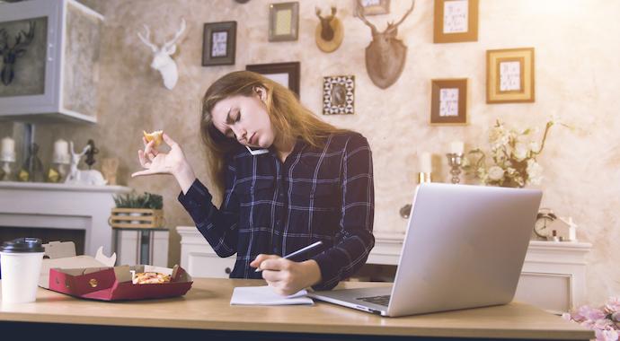 Никогда не обедайте за компьютером, особенно дома