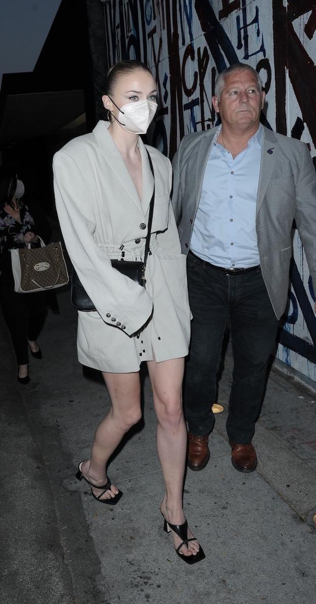 Фото №1 - Платье или пиджак? Софи Тернер показала бесконечно длинные ноги во время свидания с мужем
