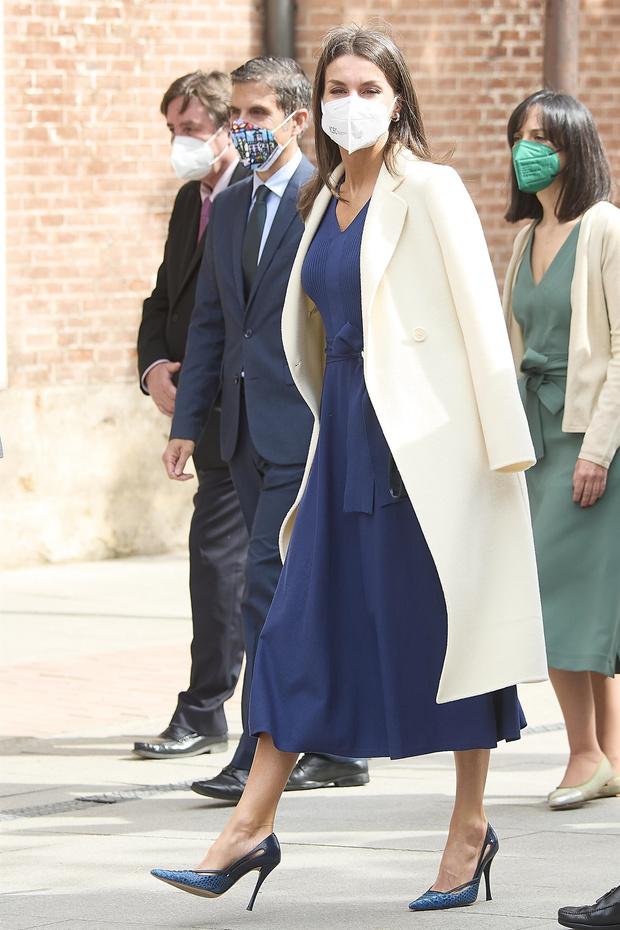 Фото №3 - Синее платье Massimo Dutti, которому королева Летиция дала второй шанс