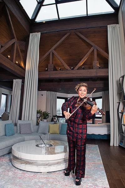 Фото №2 - Пол на потолке и прозрачный рояль: необычный дом Аниты Цой