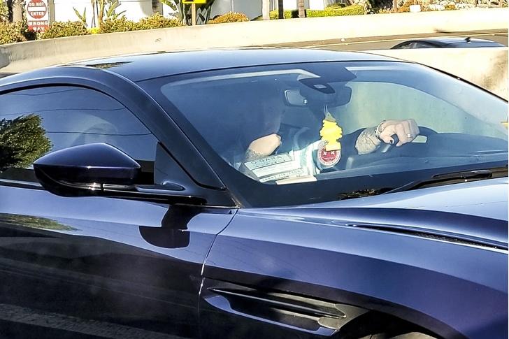 Фото №1 - Меган Фокс впервые замечена с другим мужчиной на фоне слухов о разрыве с мужем