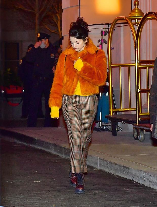Фото №2 - Оранжевая шуба— хит сезона! Яркий образ Селены Гомес, который согреет в морозы