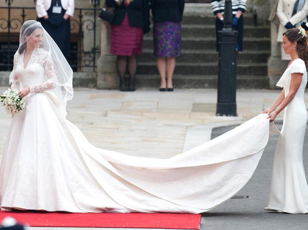 Фото №4 - Без церемоний: как Карл Лагерфельд провоцирует британских монархов