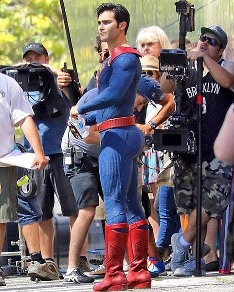 Тайлер Хеклин в образе супермена на съемках супергерл