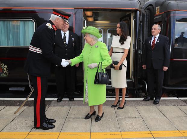 Фото №2 - Королевское время: как Елизавета II все успевает?