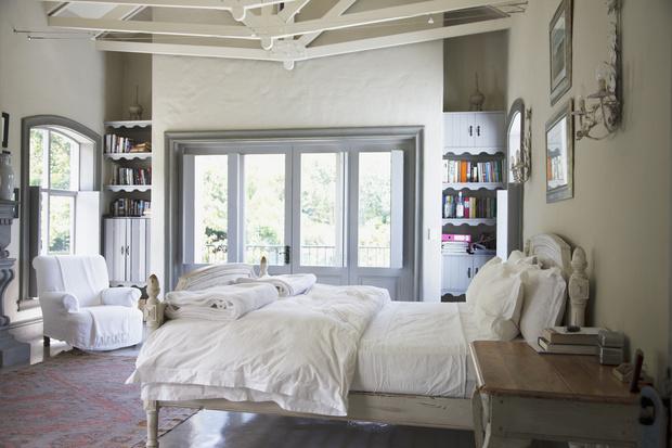 Фото №3 - Почему кровать нельзя ставить в угол и хранить под ней вещи