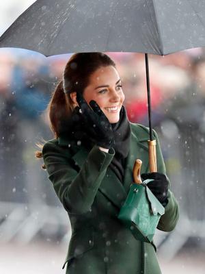 Фото №8 - Модный протокол: почему королевские особы носят сумки только в руках
