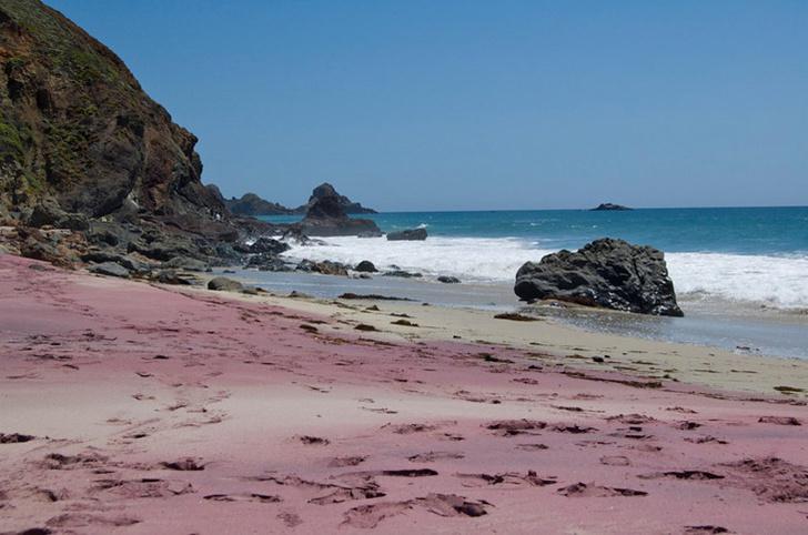 Фото №1 - В самом расцвете: 9 необычных цветных пляжей