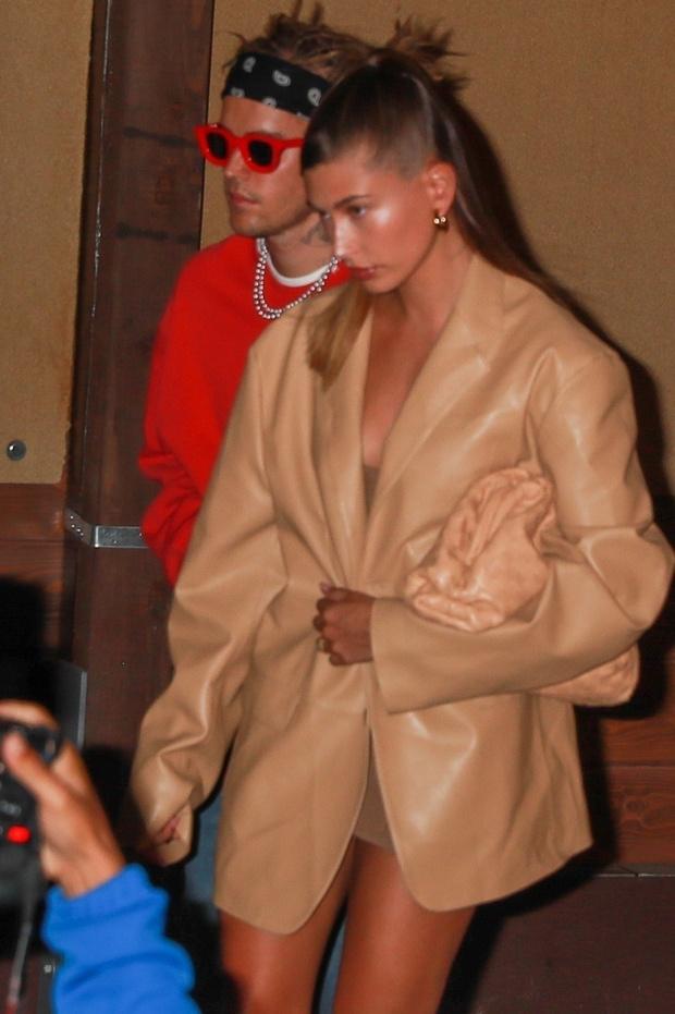 Фото №1 - Лучший выход на майских: Хейли Бибер в нюдовом жакете из кожи, похожим на сексуальное платье