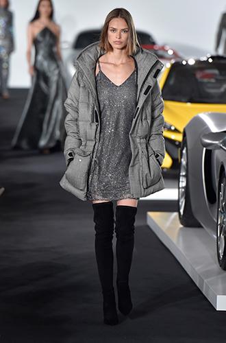 Фото №24 - Стразы, ботфорты и колготки в сеточку: как в моду входит все то, что раньше считалось безвкусицей