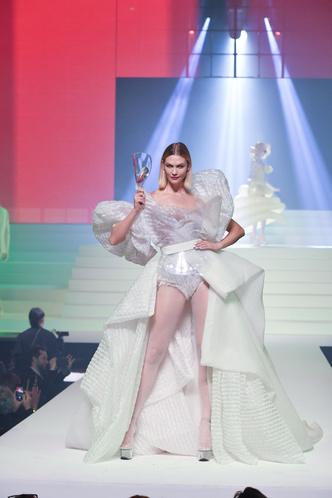 Фото №18 - Хадид с обнаженной грудью и Хилл в «нарисованном» платье: самые сексуальные образы звезд на Каннском кинофестивале