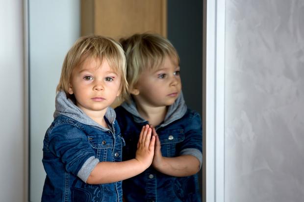 Фото №1 - Самолюбование в крови: 5 признаков, что ваш ребенок— нарцисс