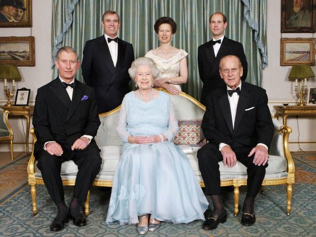 Фото №1 - Как дети Королевы поддерживают ее после смерти принца Филиппа