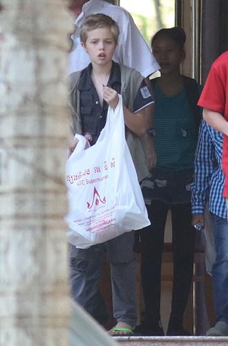 Фото №3 - Анджелина Джоли устроила шоппинг с Шайло в день рождения Брэда Питта