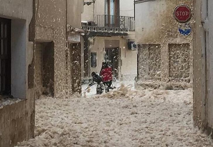 Фото №1 - В Испании после урагана город покрылся морской пеной высотой до пояса (видео)