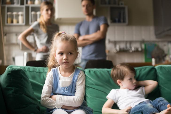 Фото №1 - «Мой брат— любимчик родителей»: люди делятся, каково быть изгоем в семье