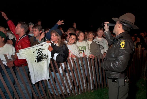 Люди, столпившиеся возле тюрьмы во время казни Гейси