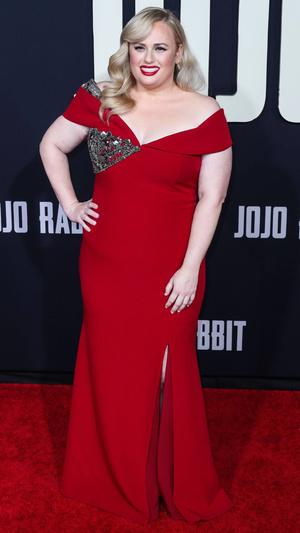 Ребел Уилсон в платье, которое собирает ее формы