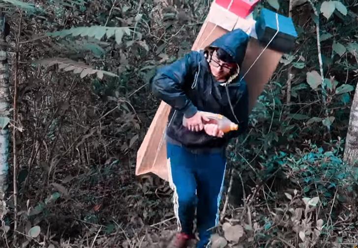 Фото №1 - Коты в банке и горы коробок: пользователи соцсетей косплеят главного героя Death Stranding (фото и видео)
