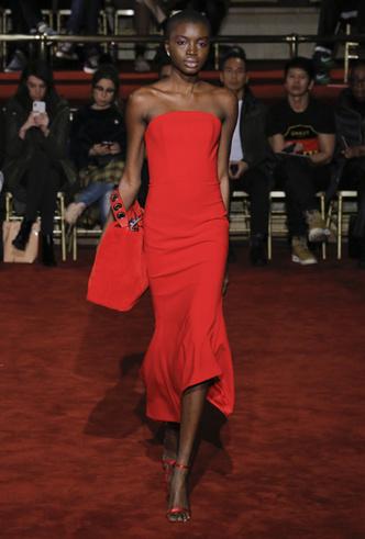 Фото №4 - Новогодний образ: топ-15 красных платьев для главного вечера года