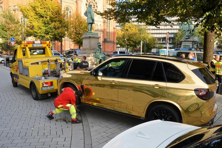 Фото №1 - Немецкая полиция эвакуировала обклеенный золотой пленкой BMW