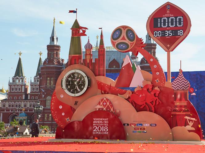 Фото №1 - Обратный отсчет: гигантские часы Hublot на Манежной площади
