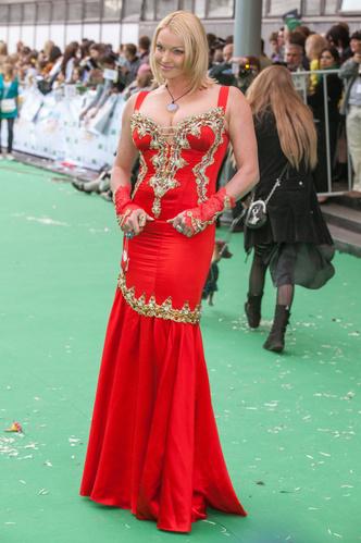 Фото №12 - 9 звезд, которые запихали роскошное тело в крошечное платье