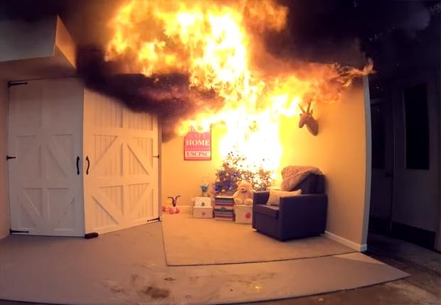 Фото №1 - Как быстро загорится квартира из-за вспыхнувшей новогодней ёлки (видео от пожарных)