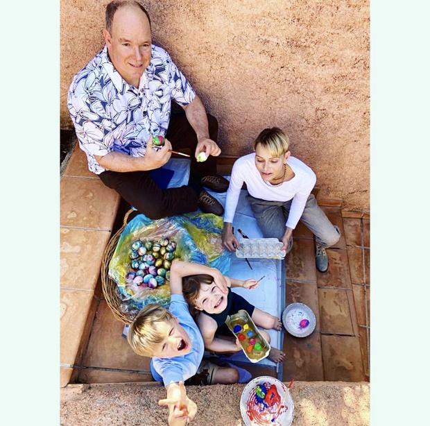 Фото №1 - Как красить яйца на Пасху 2021? Мастер-класс от королевской семьи Монако