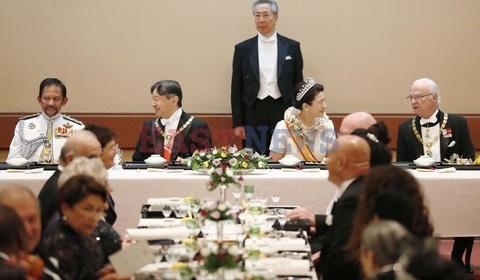 Фото №2 - Король и королева Испании, принц Чарльз и еще две тысячи высокопоставленных гостей посетили ужин в честь нового императора Японии