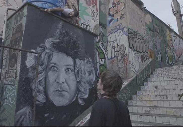 Фото №1 - В Бразилии появилось граффити с портретом донны Розы из фильма «Здравствуйте, я ваша тетя» (фото и видео)