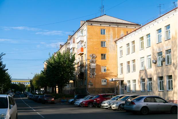 Ленинский район расположен на правом берегу Енисея. Его нельзя отнести ни к молодым, ни к старым районам города— основали в 1942 году. Для сравнения: Кировский— в 1934, Железнодорожный— в 1979.